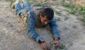 Afghan policeman defuse bombs2